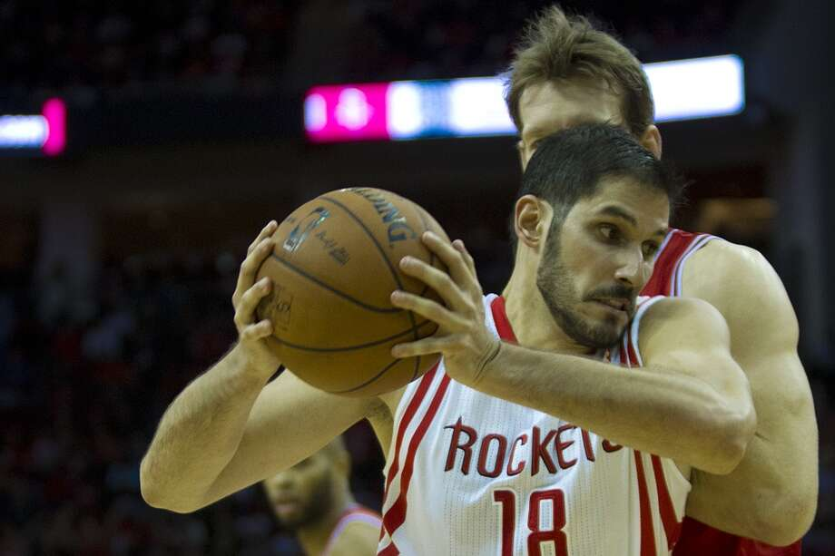 Rockets small forward Omri Casspi (18) drives past Bulls small forward Mike Dunleavy (34). Photo: Marie D. De Jesus, Houston Chronicle
