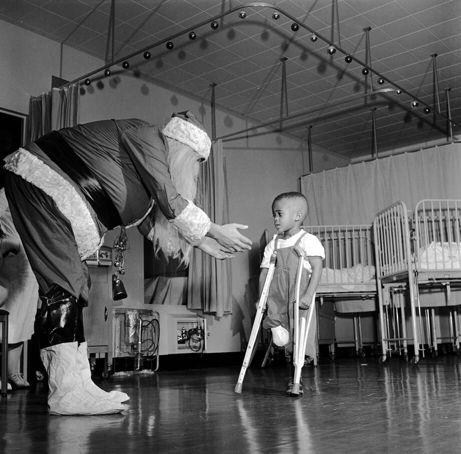 Father Christmas visits a ward in New York's Orthopaedic Hospital, circa 1950. Photo: Orlando, Getty Images / Hulton Archive