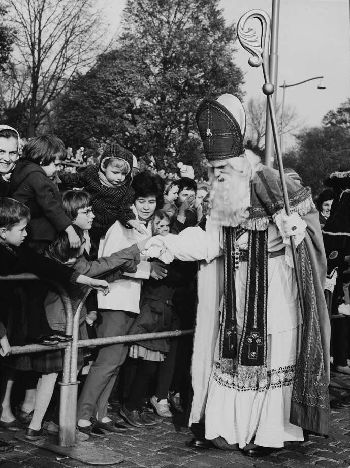 Saint Nicholas gives presents to children in Rotterdam, The Netherlands, on Nov. 15, 1952. Photo: KEYSTONE FRANCE, Getty Images / KEYSTONE FRANCE