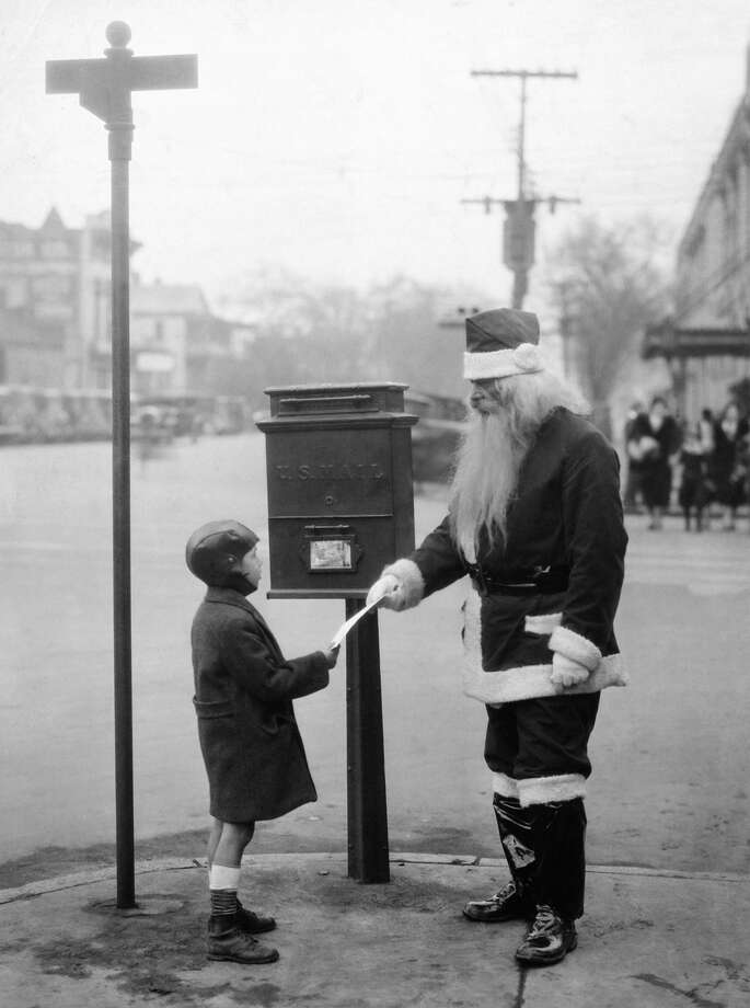 Clyde Snipes hands a letter to Santa Claus in South Carolina on Dec. 24, 1932. Photo: KEYSTONE FRANCE, Getty Images / KEYSTONE FRANCE