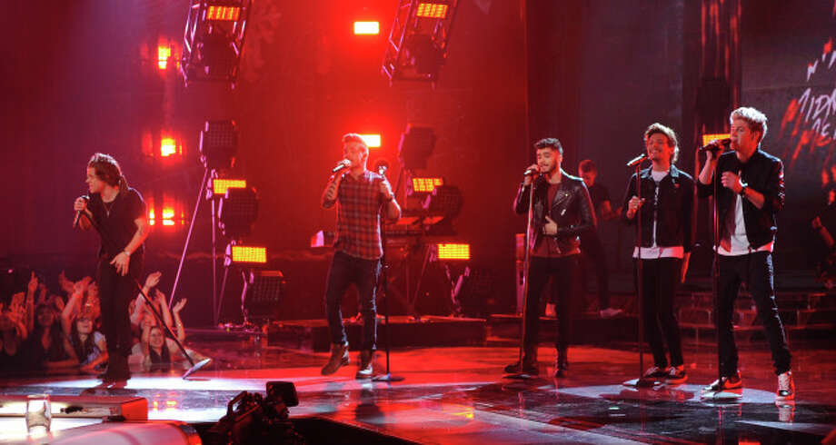 THE X FACTOR: Finale: ONE DIRECTION performs on THE X FACTOR airing Thursday, Dec. 19 (8:00-10:00 PM ET/PT) on FOX.  CR: Michael Becker/ FOX.