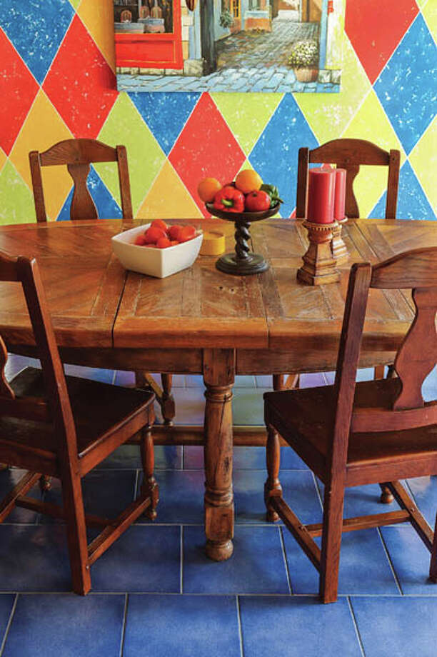 Local artist Rae Rau painted a harlequin pattern on the dining-room/kitchen wall. Photo: Vincent Giordano, 2013 / 2013