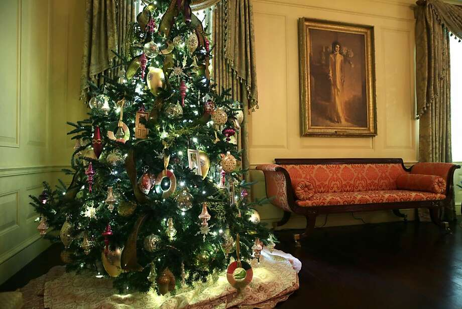 A Christmas tree stands next to a portrait of former U.S. first lady Jackie Kennedy in the Vermeil Room of the White House during an event to preview the 2013 holiday decorations December 4, 2013 in Washington, DC. Photo: Alex Wong, AP