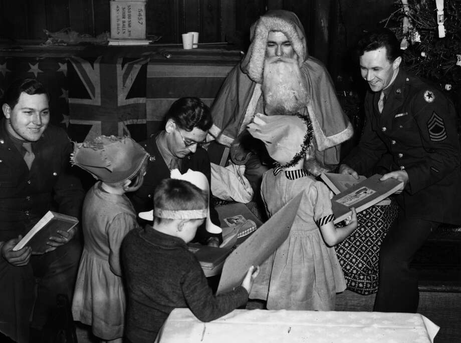American soldiers hand out presents to London children at a Christmas party in Paddington Town Hall on Dec. 22, 1935. Photo: Keystone, Getty Images / Hulton Archive