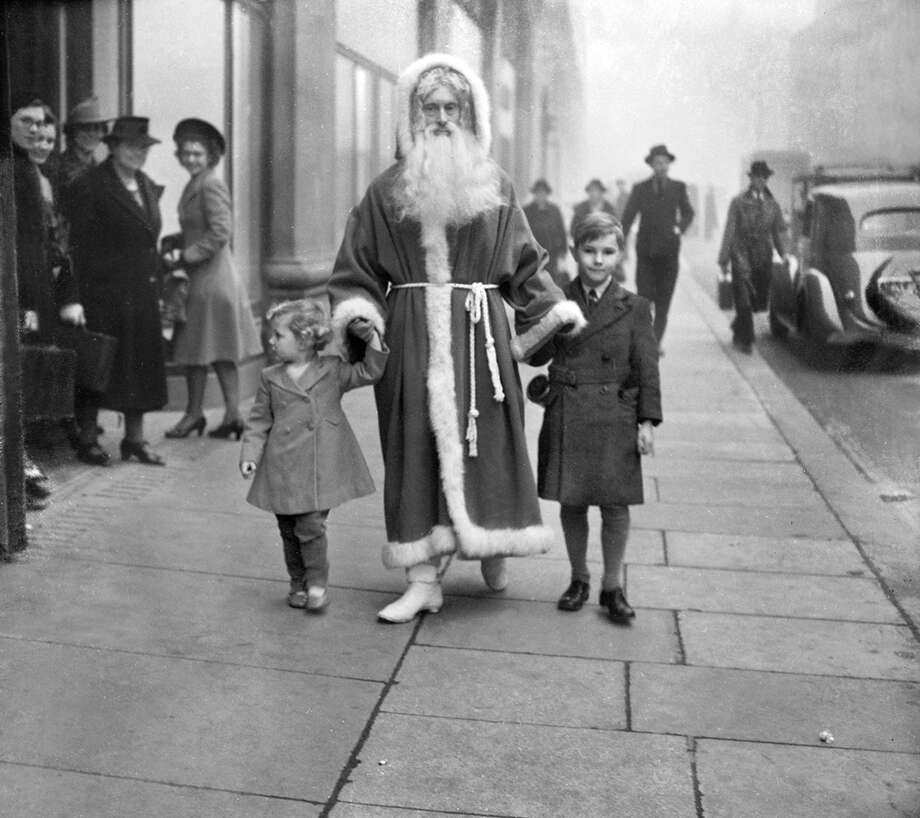 Children walk hand-in-hand with Santa Claus in London in November 1941. Photo: Planet News Archive, Getty Images / SSPL/Planet News Archive