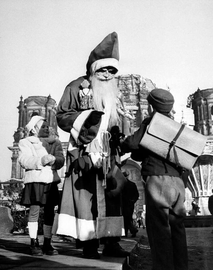 Children gather around Santa Claus in Berlin, Germany, on Nov. 30 1948. Photo: Hank Walker, Time & Life Pictures/Getty Images / Hank Walker
