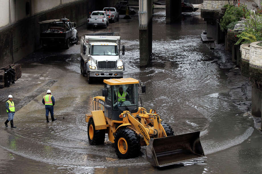 A view from Villita street shows city of San Antonio workers in the bottom of the San Antonio River after it has been drained. Sediment will be removed and other maintenance will take place until the river is filled up January 12. JOHN DAVENPORT/jdavenport@express-news.net Photo: JOHN DAVENPORT, SAN ANTONIO EXPRESS-NEWS / jdavenport@express-news.net