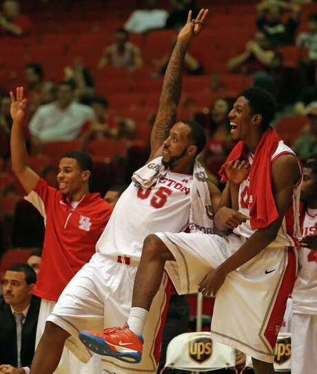 TaShawn Thomas, center, and Danrad Knowles, right, could be relied upon more heavily than usual with UH missing a pair of starters. Photo: Eric Christian Smith, Freelance