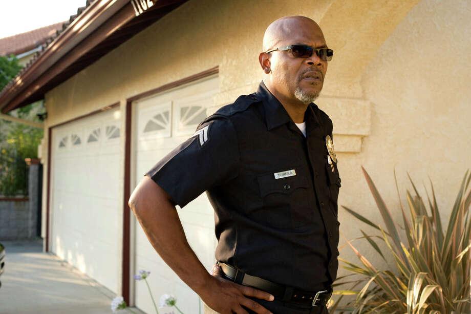 """Ein Szenenbild des Films """"Lakeview Terrace"""" zeigt den Polizisten Abel Turner (Samuel L. Jackson) in Uniform, auf einem vom Verleih Sony herausgegebenen Foto. Der Thriller ist ab Donnerstag, 18. Dez. 2008, in den deutschen Kinos zu sehen. (AP Photo/Sony)  ** NUR ZUR REDAKTIONELLEN VERWENDUNG IM ZUSAMMENHANG MIT DER BERICHTERSTATTUNG UEBER DEN KINOSTART DES FILMS BEI URHEBERNENNUNG SONY * ONLINE OUT * NO SALES **     --- Undated film still of the movie """"""""Lakeview Terrace"""". (AP Photo/Sony) ** EDITORIAL USE IN GERMANY ONLY * ONLINE OUT * NO SALES ** Photo: Anonymous, AP Photos / SONY"""
