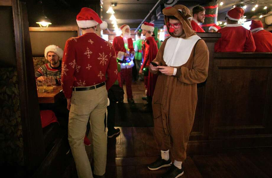 Rudolph checks Facebook in The Lodge Sports Grille. Photo: JOSHUA TRUJILLO, SEATTLEPI.COM / SEATTLEPI.COM