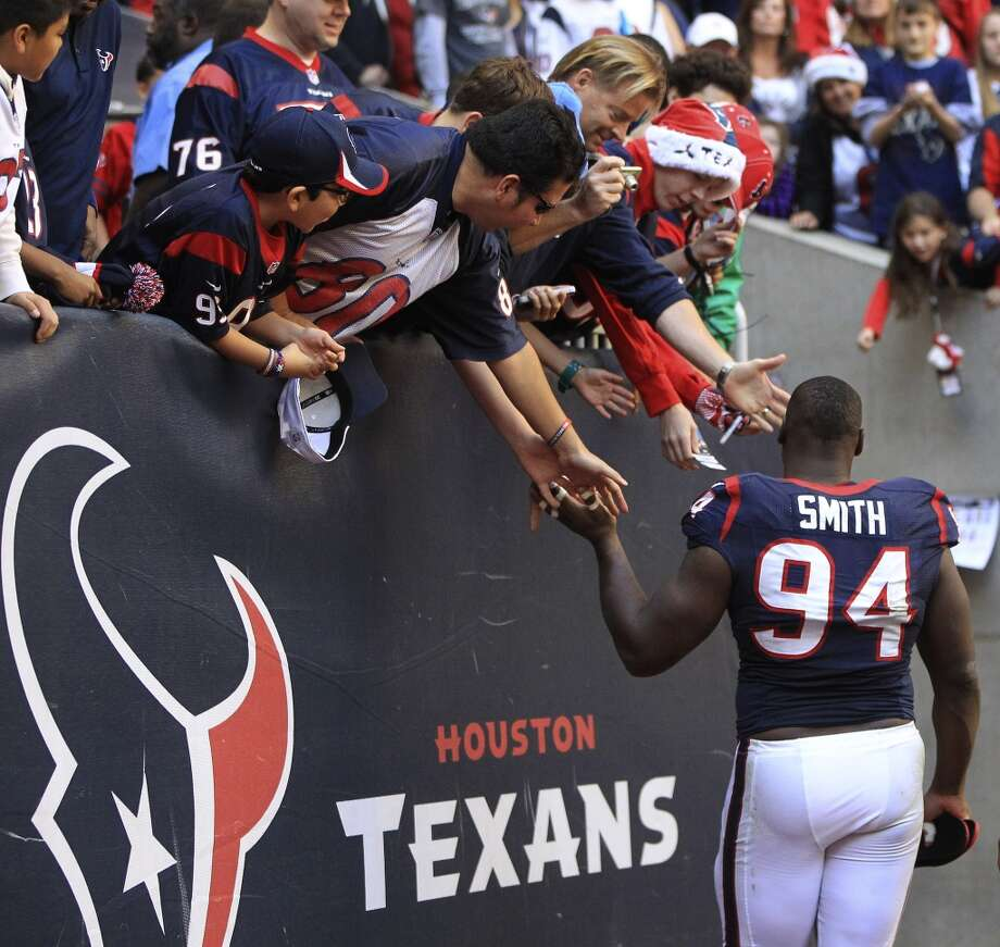 Defensive end Antonio Smith passes fans on the way to the locker room after the loss. Photo: Karen Warren, Houston Chronicle