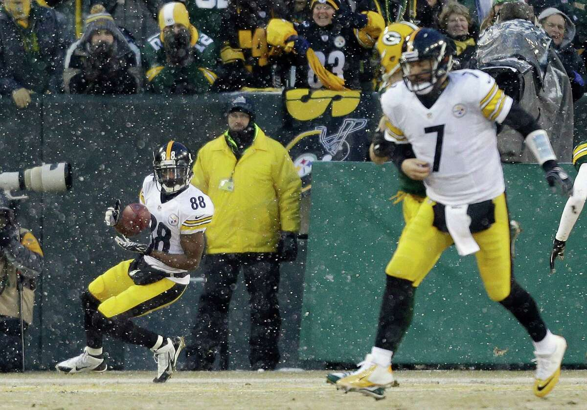 Pittsburgh Steelers' Emmanuel Sanders (88) catches a touchdown pass from quarterback Ben Roethlisberger (7) during the first half of an NFL football game against the Green Bay Packers Sunday, Dec. 22, 2013, in Green Bay, Wis. (AP Photo/Jeffrey Phelps) ORG XMIT: WIMG120
