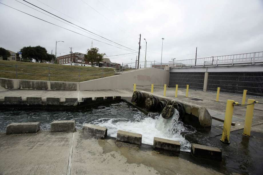 San Pedro Creek near the Interstate 35/Interstate 10 interchange will be transformed into a neighborhood park under a redevelopment project. Photo: Helen L. Montoya, SAN ANTONIO EXPRESS-NEWS / SAN ANTONIO EXPRESS-NEWS