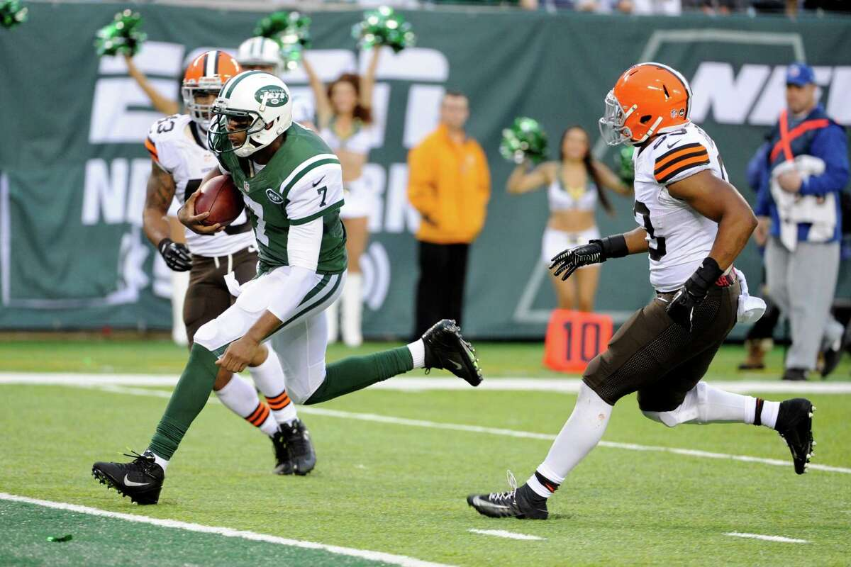 New York Jets quarterback Geno Smith (7) rushes for a touchdown past Cleveland Browns strong safety T.J. Ward (43) and Craig Robertson (53) during the second half of an NFL football game on Sunday, Dec. 22, 2013, in East Rutherford, N.J. The Jets won the game 24-13. (AP Photo/Bill Kostroun) ORG XMIT: ERU126