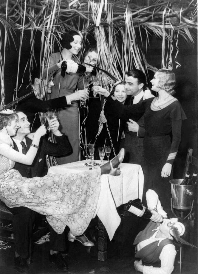 View of a joyful party for the New Year, circa 1940-1950. Photo: KEYSTONE-FRANCE, Getty Images / KEYSTONE-FRANCE
