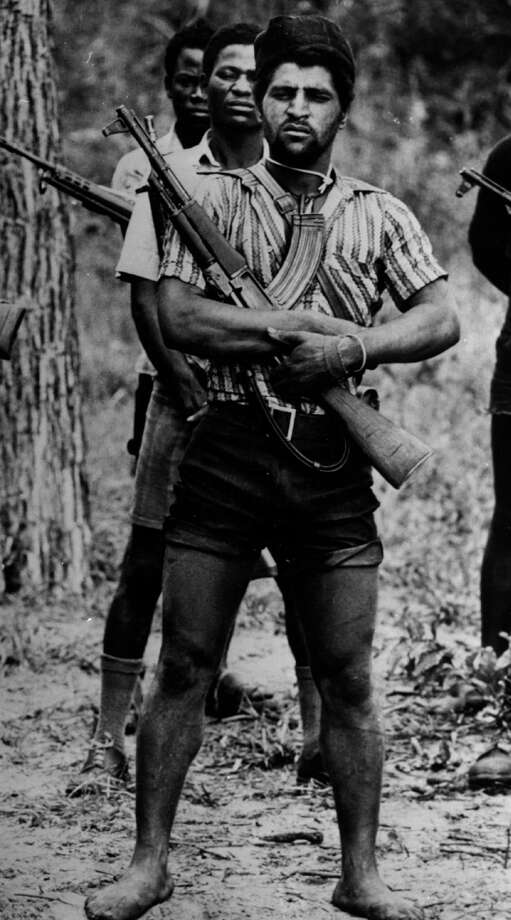 1977: Fighters of the UNITA pro-Western forces armed with a local variant of the AK-47 Kalashnikov during the civil war in Angola. Photo: Cloete Breytenbach, Getty Images / Hulton Archive