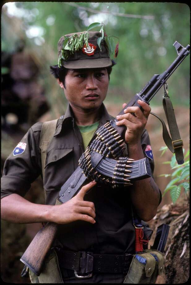 2007: A Karen fighter of the Karen National Liberation Army with an AK-47 rifle at Mah Pokay in Burma. Photo: Alex Bowie, Getty Images / © Alex Bowie