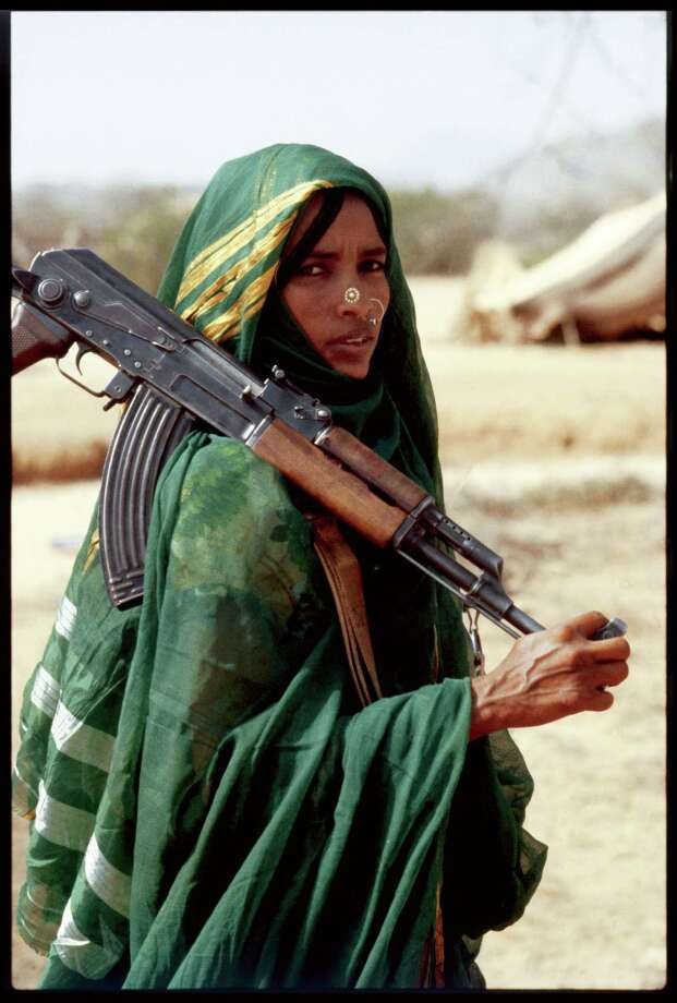 1978: Clad in a traditional abaya, this Moslem fighter of the Eritrean People's Liberation Front holds a Russian-made Kalashnikov AK-47. Photo: Alex Bowie, Getty Images / © Alex Bowie