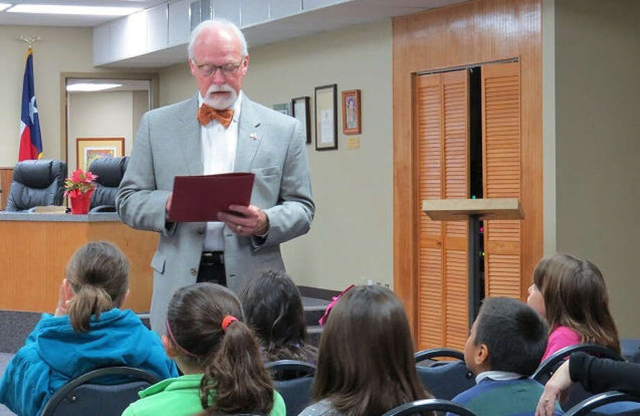 Boerne Mayor Mike Schultz reads a proclamation to students of Fabra Elementary declaring January as Boerne Mentoring Month. Photo: Courtesy Photo