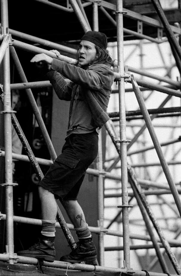 1992: Scaffolds were made to be climbed. Photo: Paul Bergen, Getty Images / 2011 Paul Bergen