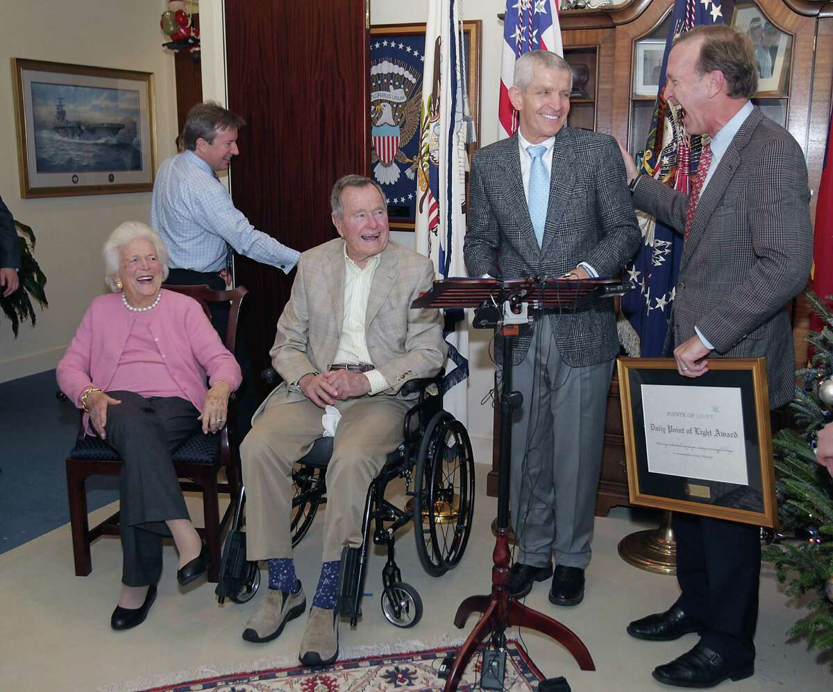 Former First Lady Barbara Bush, former President George H.W. Bush, Jim McIngvale and Points of Light Chairman Neil Bush gather in President Bush's office to present the Point of Light Award to McIngvale.