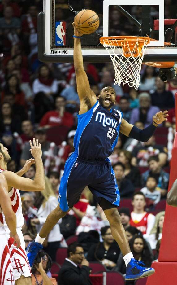 Vince Carter dunks the ball past Rockets small forward Omri Casspi. Photo: Smiley N. Pool, Houston Chronicle