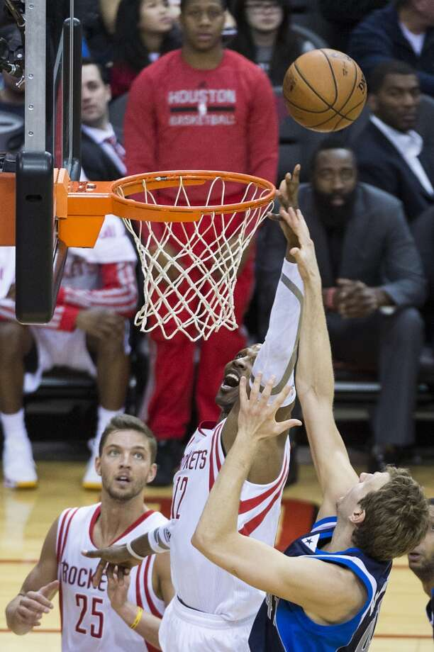 Dwight Howard reaches for a rebound against Dirk Nowitzki. Photo: Smiley N. Pool, Houston Chronicle