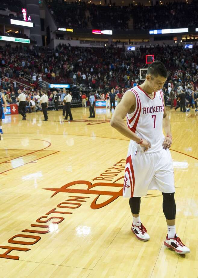 Jeremy Lin walks off the court after a loss to the Mavericks. Photo: Smiley N. Pool, Houston Chronicle