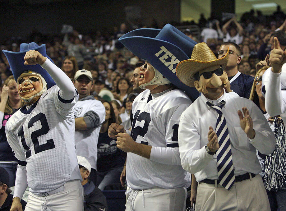 Penn State fans, shown at the 2007 game against Texas A&M, helped the Alamo Bowl to its fastest sellout in 1999 when the Nittany Lions played the Aggies after the Bonfire tragedy. Photo: Tom Reel / San Antonio Express-News / SAN ANTONIO EXPRESS-NEWS