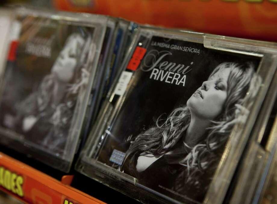 Discos de Jenni Rivera a la venta en la Ciudad de México.  Rivera y otros murieron en un accidente de avión el diciembre del 2012. Photo: Eduardo Verdugo / Associated Press / AP