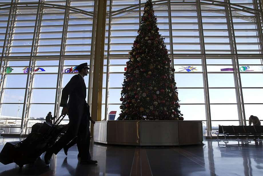 Traveling between Thanksgiving and Christmas is a big bargain due to a dip in demand. Photo: Jacquelyn Martin, Associated Press