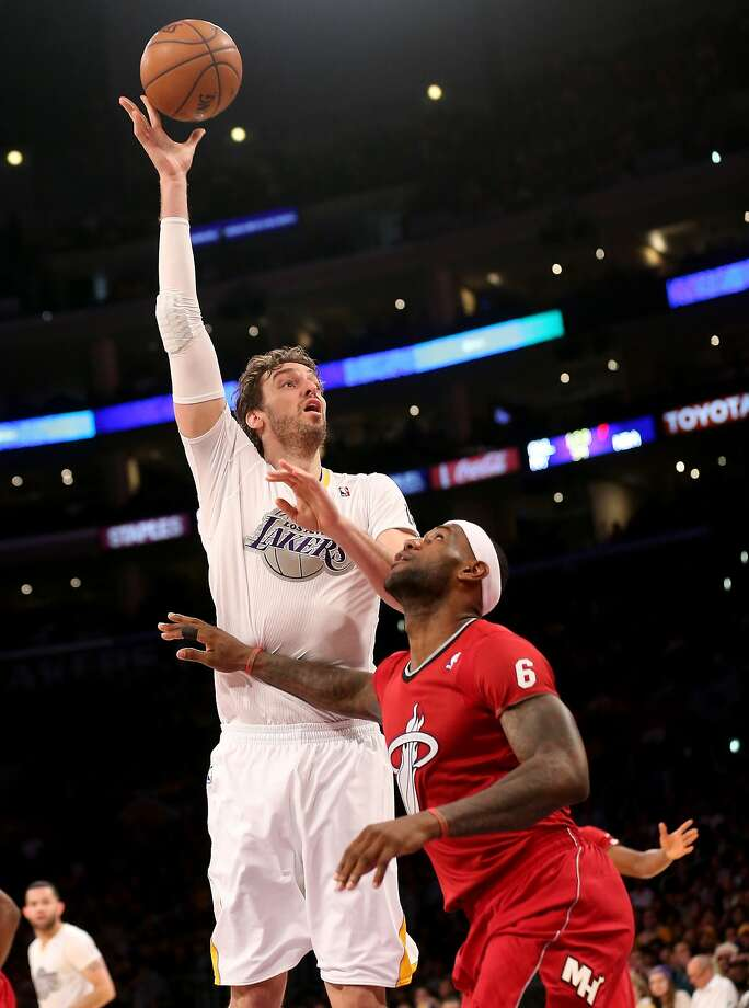 Pau Gasol #16 of the Los Angeles shoots over LeBron James #6 of the Miami Heat Lakers at Staples Center on December 25, 2013 in Los Angeles, California.  Photo: Stephen Dunn, Getty Images