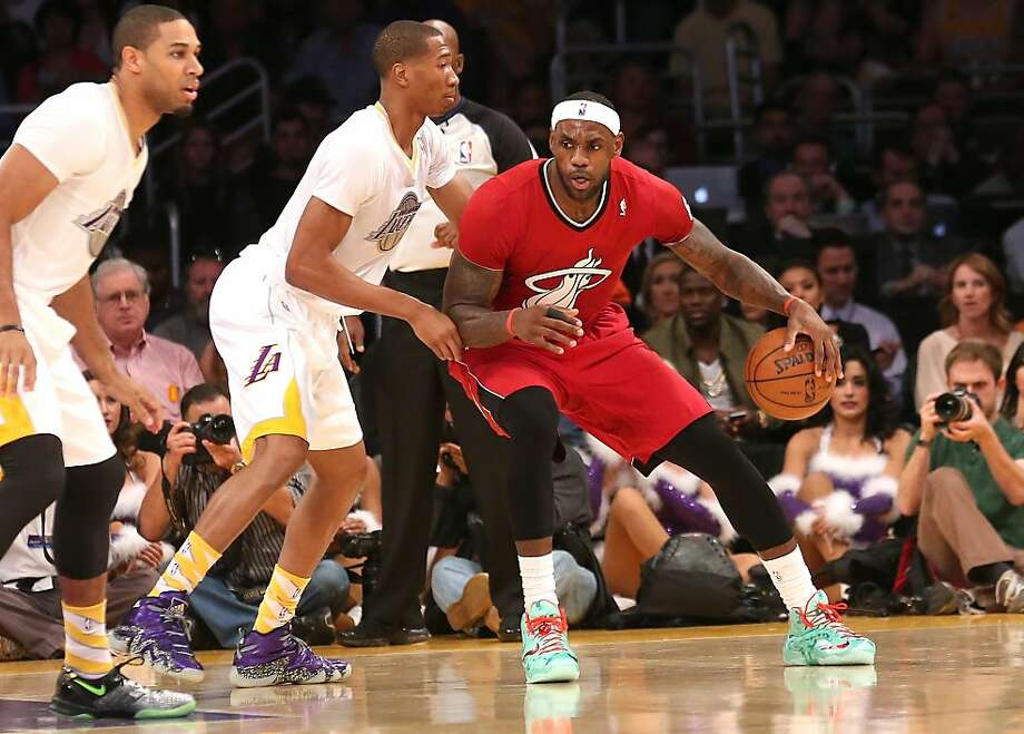 LeBron James #6 of the Miami Heat drives against Wesley Johnson #11 of the Los Angeles Lakers at Staples Center on December 25, 2013 in Los Angeles, California. Photo: Stephen Dunn, Getty Images