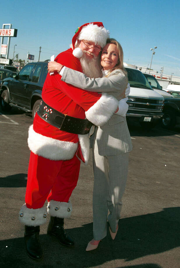 Santa with actress Bo Derek at a food drive in Los Angeles on Dec. 19, 2000. Photo: Getty Images / Hulton Archive