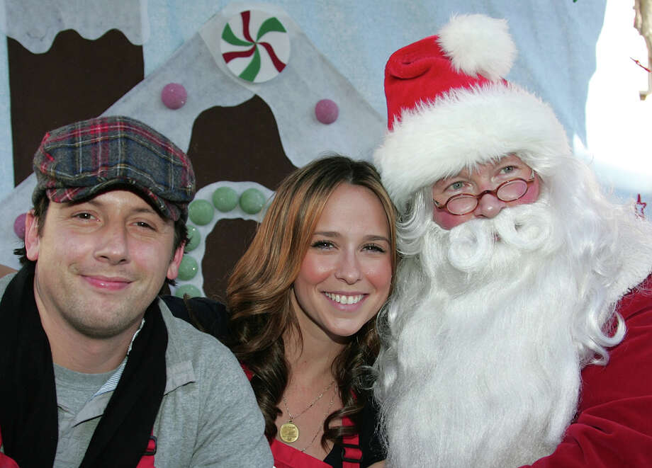 Santa with actors Ross McCall and Jennifer Love Hewitt at Christmas Eve at the Los Angeles Mission in Los Angeles on Dec. 24, 2007. Photo: David Livingston, Getty Images / 2007 David Livingston