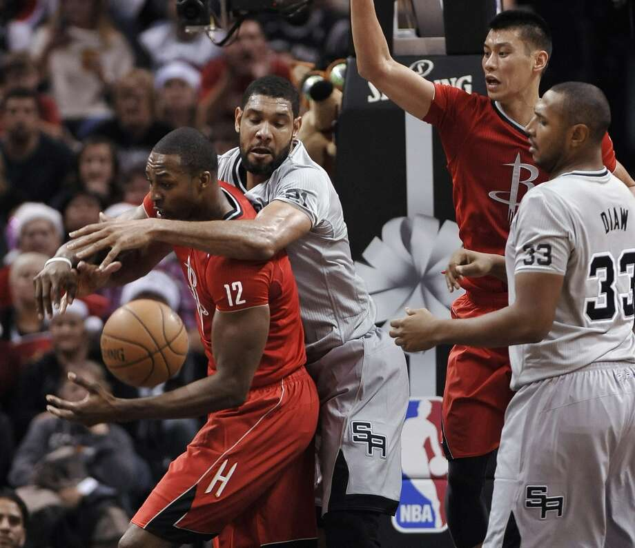 Dwight Howard, Spurs forward Tim Duncan, Rockets guard Jeremy Lin, and Spurs forward Boris Diaw, from left, chase a rebound during the second half. Photo: Darren Abate, Associated Press