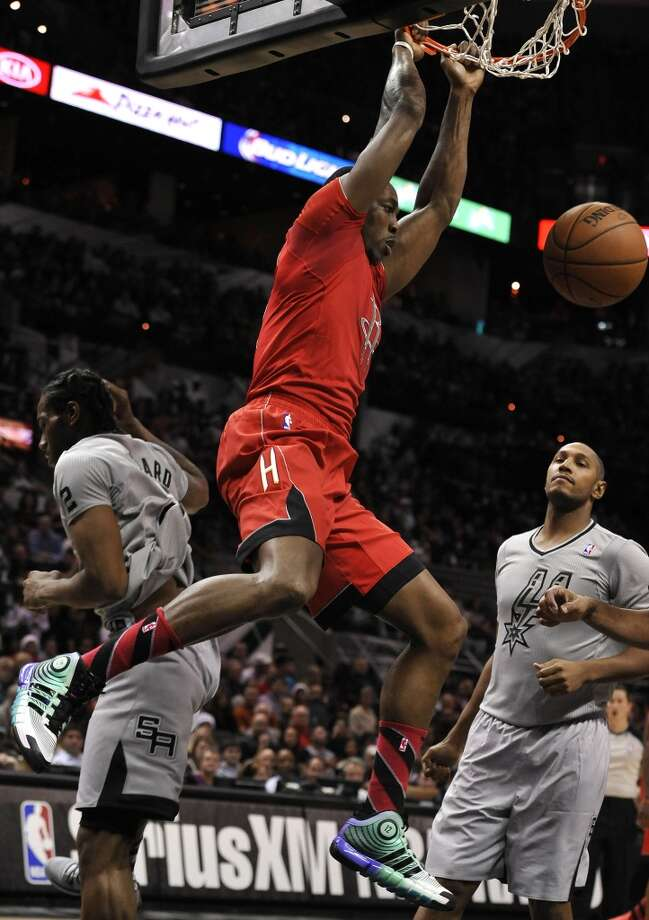 Dwight Howard, center, dunks between Spurs forwards Kawhi Leonard, left, and Boris Diaw, during the second half. Photo: Darren Abate, Associated Press