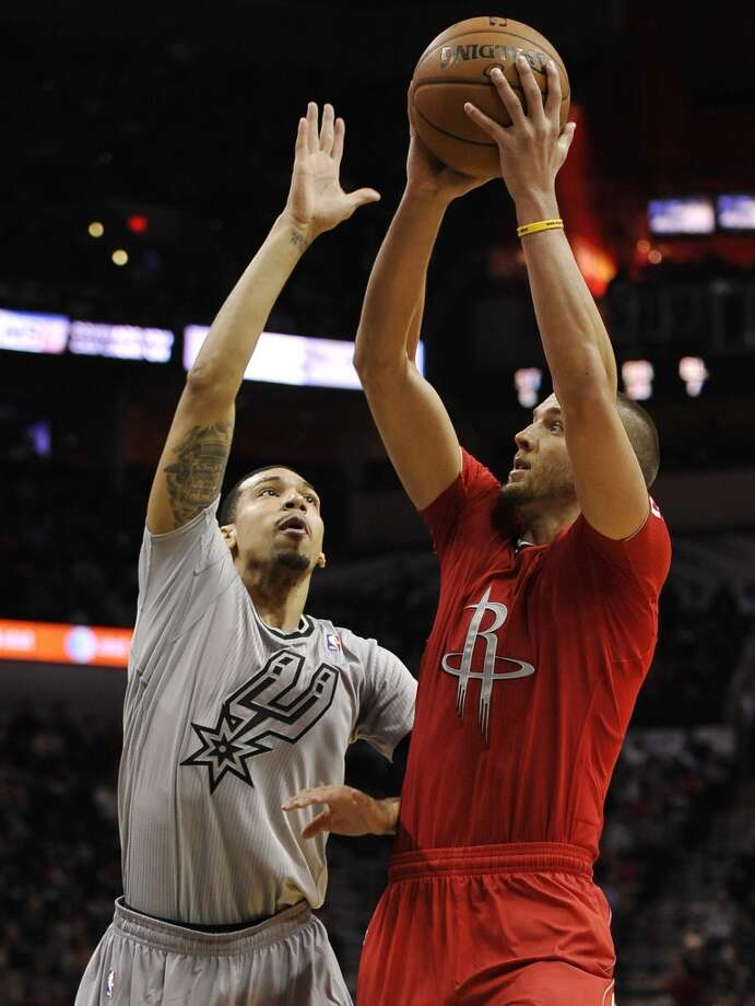 Chandler Parsons, right, shoots against Spurs guard Danny Green during the second half. Photo: Darren Abate, Associated Press