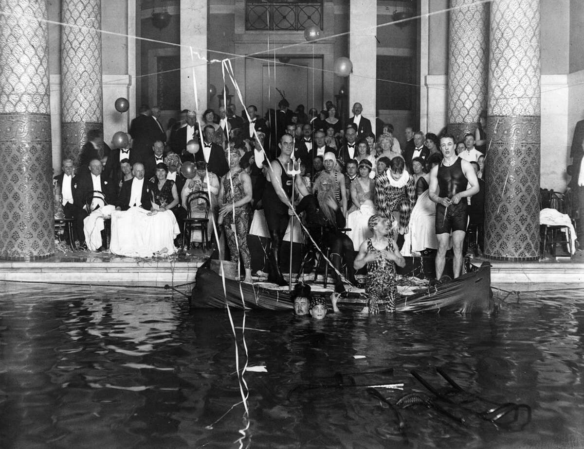 1922: Guests at a New Year's Party at the Auto Club.