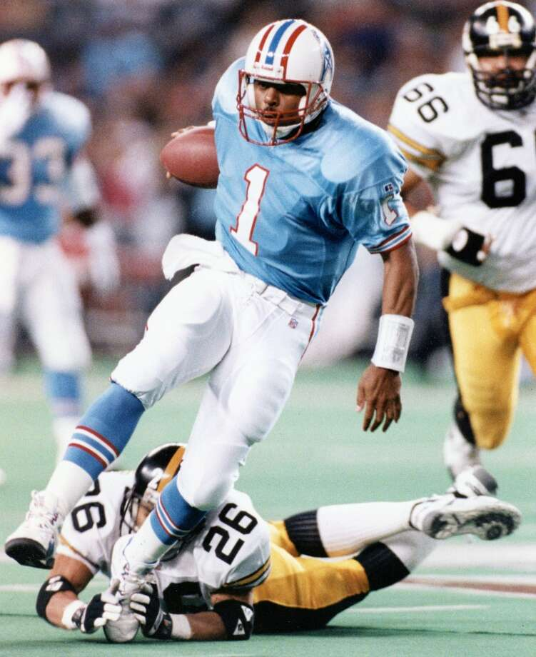 Warren Moon runs for a big gain that sets the Oilers up for their first field goal in the 23-3 win on Nov. 28. Photo: Craig H. Hartley, Houston Chronicle