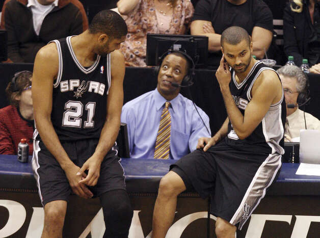 Former  Spur Sean Elliott seems amazed at something Tim Duncan (left) said. Chats away from game action can be pedestrian in nature, said Elliott. Photo: Express-News File Photo / © San Antonio Express-News