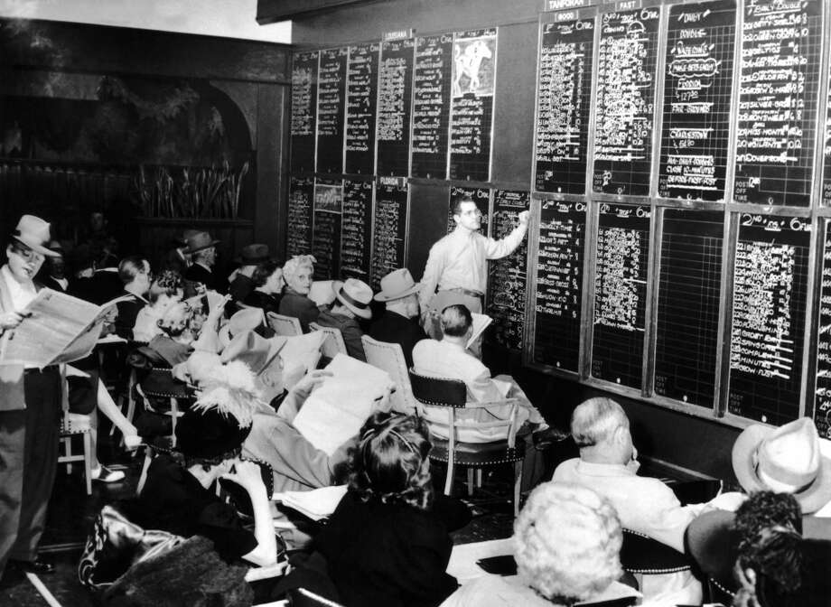 The results of the horse races are listed on chalkboards in rooms reserved for this purpose in the casinos of Las Vegas between 1950 And 1955. Gamblers could bet on a horse at any given time. Photo: Keystone-France, Gamma-Keystone Via Getty Images