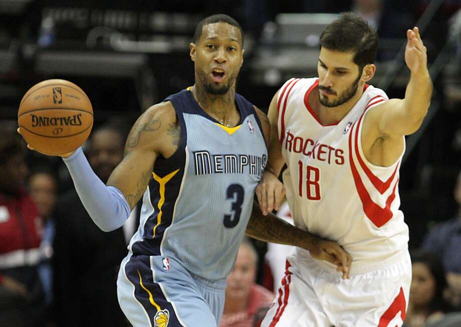Grizzlies power forward James Johnson left, passes the ball out. Photo: James Nielsen, Houston Chronicle