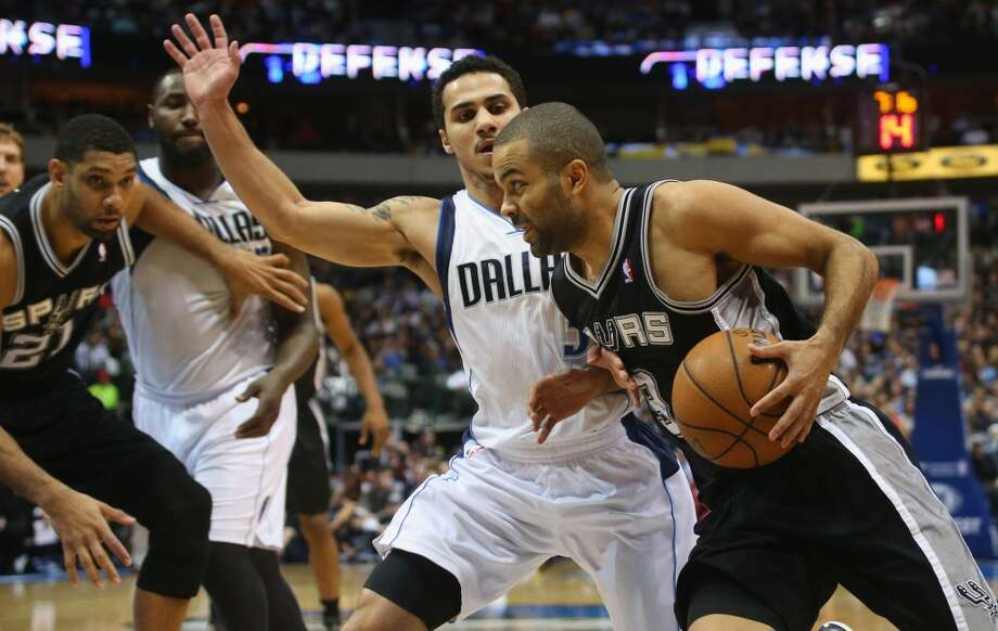 Tony Parker #9 of the San Antonio Spurs dribbles the ball against Shane Larkin #3 of the Dallas Mavericks at American Airlines Center on December 26, 2013 in Dallas. Photo: Ronald Martinez, Getty Images
