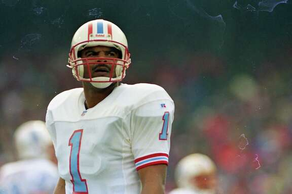 Oilers quarterback Warren Moon (1) vs. the San Francisco 49ers in December 1993.