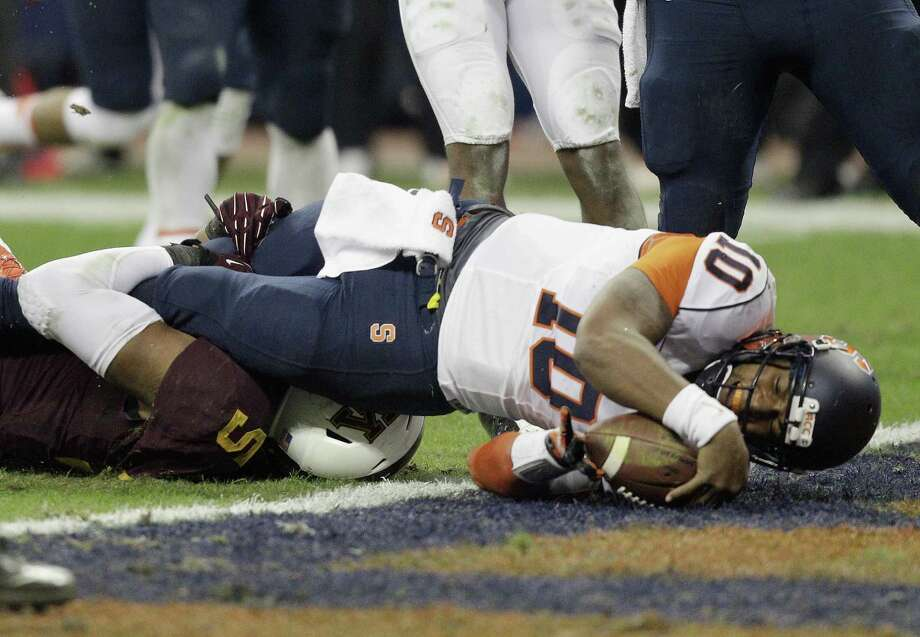 HOUSTON, TX - DECEMBER 27:  Terrel Hunt #10 of the Syracuse Orange dives for a five yard touchdown against the Minnesota Golden Gophers in the third quarter at Reliant Stadium on December 27, 2013 in Houston, Texas.  (Photo by Bob Levey/Getty Images) ORG XMIT: 457143487 Photo: Bob Levey / 2013 Getty Images