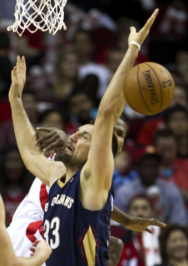 Pelicans power forward Ryan Anderson (33) is fouled by Rockets point guard Aaron Brooks. Photo: Brett Coomer, Houston Chronicle