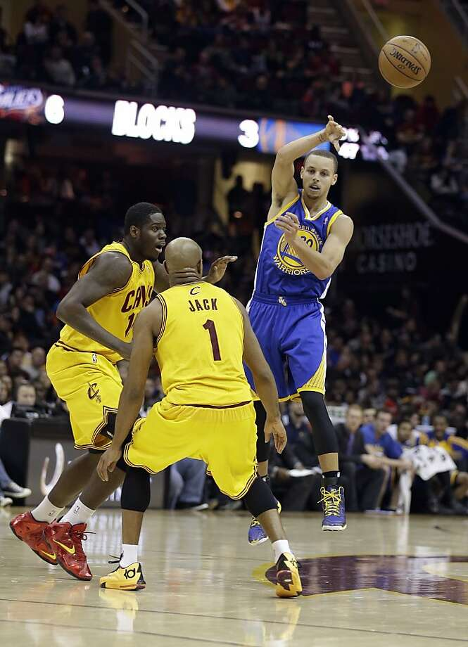 Stephen Curry, who scored 24 of his 29 points in the first half, unloads a pass in a comeback victory. Photo: Tony Dejak, Associated Press