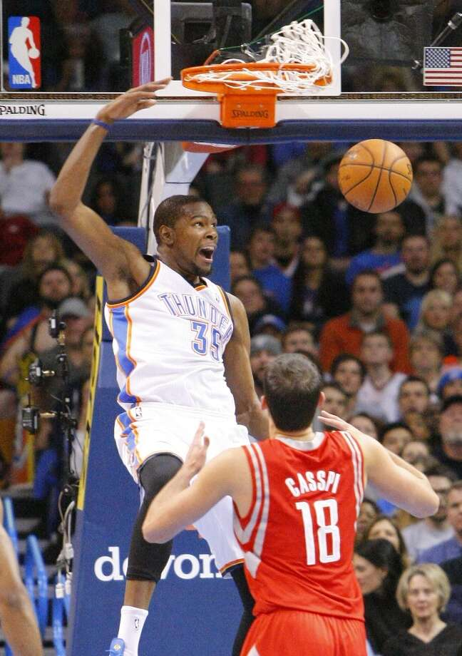 Thunder forward Kevin Durant (35) dunks in front of Rockets forward Omri Casspi. Photo: Alonzo Adams, Associated Press