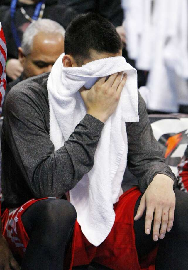 Rockets guard Jeremy Lin puts his face in his towel. Photo: Alonzo Adams, Associated Press